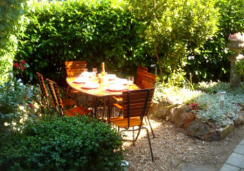 Alfresco dining at Les Balcons holiday home in Le Grand-Pressigny France